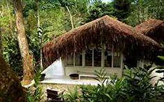 A portuguesa e designer de interiores, Monica Pénaguião mostra um dos seus refúgios de férias: uma charmosa cabana que construiu em Paraty,...