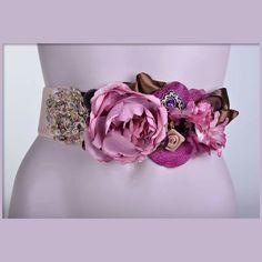 Flores Silk Flowers, Fabric Flowers, Look Formal, Kanzashi, Bridal Sash, Girls Accessories, Belted Dress, Corsage, Fashion Details