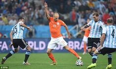 Robben sin lugar adonde ir. Nowhere to go: Robben, like Van Persie, found himself hassled and hurried when he was on the ball