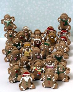 For when I wanna get fancy on the holidays and need an army of gingerbread men. (ORIGINAL - Omino di pandi zenzero - gingerbread o macarons? qui non serve decidere! Christmas Goodies, Christmas Candy, Christmas Treats, Christmas Desserts, All Things Christmas, Christmas Time, Macarons Christmas, Xmas, Christmas Images