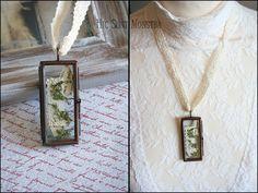 Precious Things - collana con ciondolo in vetro, muschio e frammenti di libro : Collane di hic-sunt-monstra