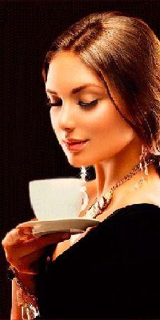 Девушка держит в руке блюдце с чашечкой кофе, от которого поднимается вверх ароматный пар