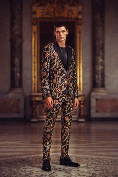 Discover the art of couture with the Atelier Versace Spring Summer Collection: sophisticated creations inspired by regal decorative motifs. Atelier Versace, Versace Men, Gianni Versace, Suit Fashion, Boy Fashion, Couture Collection, Summer Collection, Cat Walk, Moda Masculina