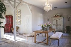 Los salones de la Finca Aldeallana enamoran, la decoración muy cuidada y los suelos que evocan a la tradición mediterránea