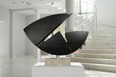 Ovo Metamorfosis  Escultura realizada en madera tintada en pátina negra y montada sobre base de mármol travertino. Soportada por eje de acero. · Proyecto original 80 x 55 x 24 cm · Base 40 x 8 x 27 cm