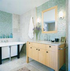 design de la salle de bain en mosaïque vert eau et bois clair