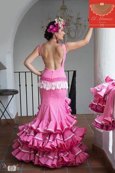 """Se llevan muchísimo los volantes en las mangas y en la parte de abajo de las faldas, esta vez muy fruncidos que aportan aún más volumen si cabe creando el llamado """"efecto clavel"""" #Tendencias #ModaFlamenca #VestidosDeGitana #Simof #BlogDeModa"""