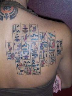 farbige ägyptischen Hieroglyphen Tattoo auf dem Rücken