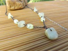 colar envelhecido feito com corrente,cascalhos de pedra e azeitoninhas de vidro,todos em tons de verde claro.