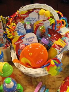 New Baby Gift basket- Silent Auction basket ideas Easy Gifts, Creative Gifts, Homemade Gifts, Cute Gifts, Raffle Baskets, Diy Gift Baskets, Holiday Gifts, Christmas Gifts, Little Presents