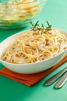 Spaghetti en salsa de queso con jamón