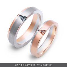 거울의 모습을 V컷팅으로 형상화한 디자인의 미랄 커플링은컷팅방식과 멜리다이아로 만들어낸 포인트로 기존 결혼예물에서 볼 수 없었던모던한 매력을 선사합니다.- DETAIL -PLATINUM 950 OR 900DIAMOND (DIRFECT IMPORT)18K/14K/WHITE, SHARON GOLD Wedding Rings Sets Gold, Diamond Wedding Bands, Gold Rings, Gems Jewelry, Jewelry Accessories, Jewellery, Couple Ring Design, Couple Bands, Engagement Rings Couple