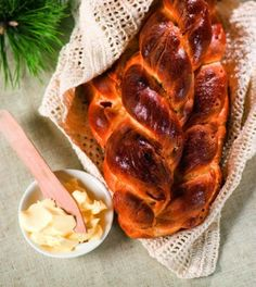 ka is a braided bread baked in Czech Republic and Slovakia (in Slovak called viano?ka) traditionally at Christmas. It is rich in eggs and butter and similar to brioche. Braided Bread, Czech Recipes, Challah, Sweet Bread, Bread Baking, Czech Republic, Raisin, Bread Recipes, Butter