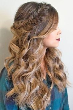 long wavy hair, brown with highlights, short prom hairstyles, woman wearing a bl… - Schulterlange Haare Ideen Prom Hairstyles For Short Hair, Graduation Hairstyles, Everyday Hairstyles, Down Hairstyles, Braided Hairstyles, Wedding Hairstyles, Hairstyles Haircuts, Bridesmade Hairstyles, Evening Hairstyles