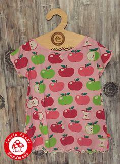 Für das Freebook von Tragmal habe ich die Äpfel vernäht. ALEGRE ist ein Shirt / Kleid das in den Größen 128-176 genäht werden kann.  Es ist super schnell genäht, kann aber dank Teilung auch ein tolles Highlight werden.  Ich habe mich für die schlichte Variante als Tunika entschieden,  kombiniert mit dem Rollsaum finde ich es super sommerlich.