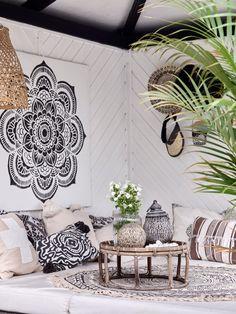 Magisk mysig uteplats – så byggde Kirsten och... | Leva & bo Bungalow, Toms, Entryway, Tapestry, Furniture, Home Decor, Terrace, Gardens, Decoration