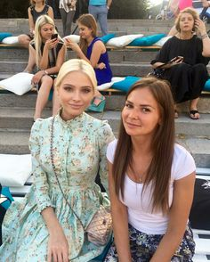 Alena Shishkova with a fan Alena Shishkova, 3rd Baby, Russian Models, Platinum Blonde, Supermodels, Flower Girl Dresses, Glamour, Wedding Dresses, Face