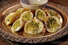 Δεύτερη μέρα στο Food festival του Mediterranean Cosmos και σειρά έχει η Αίγυπτος. Επέλεξα να παρουσιάσω το Αταγιέφ, το οποίο είναιτο βασικό επιδόρπιο κατά την περίοδο του Ραμαζανιού που σπάνια απουσιάζει από το τραπέζι στις χώρες της Μ. Ανατολής γενικότερα. Αυτά τα μικρά κεράσματα έχουν διάφορες παραλλαγές τόσο στην γέμιση όσο και στο σχήμα καθώς … Greek Sweets, Greek Desserts, Greek Recipes, Egyptian Food, Egyptian Recipes, Cake Recipes, Dessert Recipes, Tasty, Yummy Food