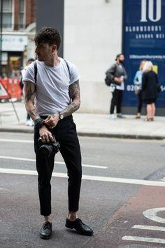 Camiseta para dentro da Calça. Macho Moda - Blog de Moda Masculina: Camiseta por dentro da Calça, você usaria? Moda Masculina, Roupa de Homem, Moda para Homens, moda masculina 2017, Camiseta Lisa Branca, Calça Preta, Calça Cropped Masculina, Sapato Preto