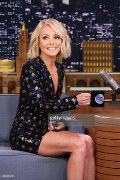 Talk show host Kelly Ripa during an interview with host Jimmy Fallon. Talk show host Kelly Ripa during an interview with host Jimmy Fallon on November 2015 -- Grey Blonde, Blonde Wig, Pale Blonde Hair, Short Hair Cuts, Short Hair Styles, Round Face Short Hair, Short Blunt Haircut, Blonde Blunt Bob, Blond Bob