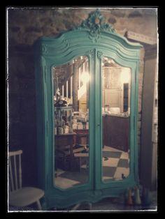 L'entrée de Narnia. Une armoire ancienne est relookée avec Florence Chalk Paint™ peinture décorative par Annie Sloan, les feuilles d'argent, une touche d'Aubusson et Cream et la cire molle claire.  Par Claire aux Couronnes Sauvages, en France