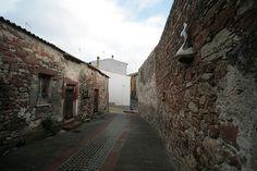 Centro storico di Banari, con le sue casette in pietra rossa...