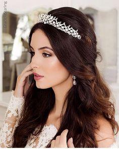 WEBSTA @ graciellastarling - Repost @vestitnovias 💕Impossível não amar as coroas modernas !! Para noivas que querem um diferencial contemporâneo ! Nossa  Nova coleção #CoroandoRainhaEster por #graciellastarling está moderna sem perder imponência com toque fashion !! Grinaldas, Acessórios e Produção:@graciellastarling | Fotografia : @fabianunesfotografia | Beleza: @sandrodessou e @rodolfoalmeida_makeup | Vestido: @cymbelinebrasil Modelo: @natxavierp 📩 orçamentos no…