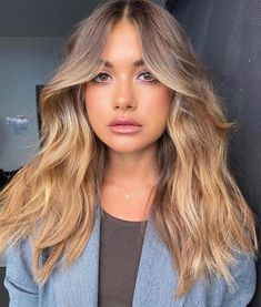 Texture and curtain bangs Eden Kannourakis 😍 Best Picture For curtain bangs lob For Haircuts For Wavy Hair, Long Hair With Bangs, Long Wavy Hair, Cool Hairstyles, Hairstyle Ideas, Round Face Haircuts Long, Curly Hair, Round Face Long Hair, Round Face Bangs