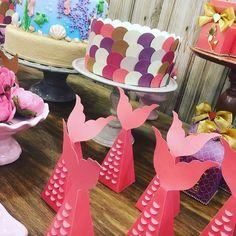 Alerta tendência: os bolos fakes revestidos de papel para decoração de festa. Solução criativa e que faz toda a diferença na mesa. Curti! Aproveita o sábado para conferir os vídeos da Mega lá no nosso YouTube #sabado #decoracao #festa #bolo #sereia #sereismo #rosa #bolofake #papel #papelespecial #artesanato #euamofazerartesanato