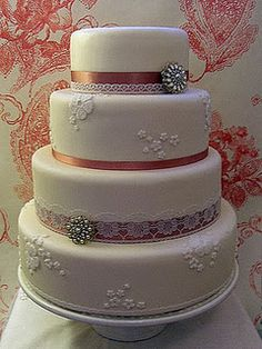 Vintage cake design with brooches Amazing Wedding Cakes, Amazing Cakes, Cake Cookies, Cupcake Cakes, Cotton And Crumbs, Wedding Sweets, Rustic Cake, Love Cake, Creative Cakes