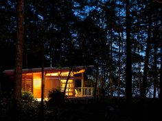 Vancouver-based architect firm Osburn/Clarke designed a series of vacation summer cabins in the Gulf Islands of British Columbia, Canada that intimately connect with their surrounding environment. Cabin Kit Homes, Cabin Kits, Cedar Cabin, Summer Cabins, Home Building Design, Guest Cabin, Room Of One's Own, Modern Tech, Cabin Design