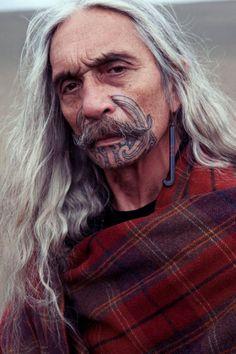 mikaara kirkwood modelling his daughter Te Rongo's jewellery
