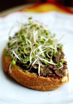 Black Olive Pesto & Broccoli Sprout Sandwich: So very vegetarian! Pesto, Broccoli Sprouts, Bean Sprouts, Sprout Sandwich, Veggie Recipes, Healthy Recipes, Greens Recipe, Wrap Sandwiches, I Love Food