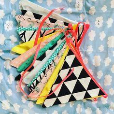 @jilca maakte deze vrolijke vlaggenlijn voor in de caravan met stofjes van Kwantum. Happy camping! #kwantum #stof #DIY #creatiefmetstof #zelfmaken Caravan, Baby Gifts, Diys, Neon, Personalized Items, Tiny House, Instagram Posts, Color, Bricolage