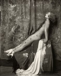 Alfred Cheney Johnston was an American photographer, known for his portraits of Ziegfeld Follies showgirls as well as of and actors and actresses. Pin Up Vintage, Vintage Glamour, Vintage Beauty, Vintage Photos, Vintage Portrait, Vintage Woman, Vintage Prints, Tableaux Vivants, Make Love