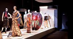 Jean Paul Gaultier kleding op de catwalk in de kunsthal
