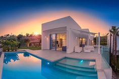 An exclusive villa on a privileged spot of Las Colinas Golf. Right at the golf course, surrounded by beautiful communal gardens and natural stone pavement