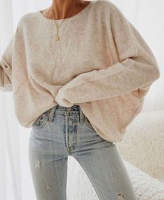 Light, high-waisted jeans with an oversized shirt