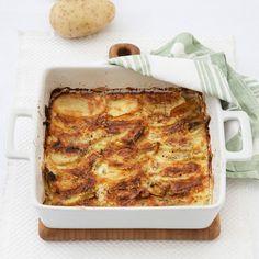 Potetgrateng med løk er en mettende vegetarmiddag som er lett å lage. Legg poteter og løk lagvis i en form, topp med mozzarella og parmesan og stek i cirka en time.