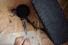 Zaległe malowanie kosza na płyty winylowe. Morela nadrabia zaległości #białamorela #domowapracownia #namiarę #kosz #prostokątnykosz #czarnykosz #koszzpapieru #papierowawiklina #wiklina_papierowa #forhome #dladomu #homemade #rękodzieło #handmade #madewithlove