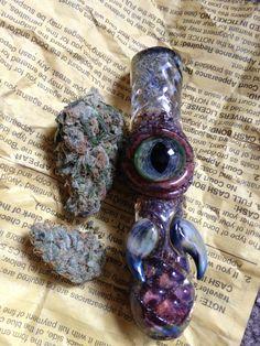 Eye love when the weed matches the bowl. Beautiful dank pins via Medical Marijuana, Marijuana Art, Glass Pipes And Bongs, Unique Glass Pipes, Glass Bongs, Cool Pipes, Cool Bongs, Puff And Pass, Stoner Girl