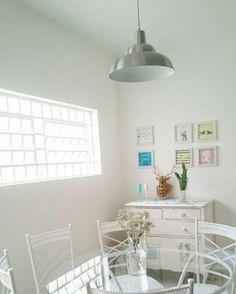 Sala de jantar,  pendente branco, cacto, alce/cervo, quadrinhos,  mesa redonda branca, vaso de mosquitinho.
