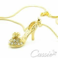 Colar Sapatinho folheado a ouro com pingente de sapatinho com detalhes em strass.  ╔═══════════════════╗  #Cassie #semijoias #acessórios #moda #fashion #estilo #inspiração #tendências #trends #prata #torreeiffel #sãopaulo #love #pulseirismo #zirconias #folheado #dourado #berloques #charms #