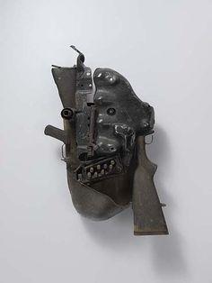 Le visage de l'obscurité, 2012 - 76 x 45 x 25 cm - Armes de la guerre civile (Mozambique) recyclées