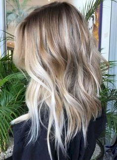 35 Balayage Hair Color Ideas for Brunettes in The French hair coloring technique: Balayage. These 35 balayage hair color ideas for brunettes in 2019 allow to achieve a more natural and modern eff. Hair Color Balayage, Ombre Hair, Blonde Balayage Mid Length, Medium Balayage Hair, Honey Balayage, Brown Balayage, Cheveux Beiges, Medium Hair Styles, Curly Hair Styles