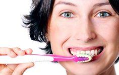 Conheça cinco tratamentos caseiros para branquear os dentes com bicarbonato. Use o poder desse ingrediente natural para deixar seus dentes branquinhos.