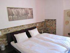 Amplia habitación de matrimonio de la #CasaRural Capriccio de #FincaSeguro Bed, Furniture, Home Decor, Rural House, Single Wide, Homemade Home Decor, Stream Bed, Home Furnishings, Interior Design