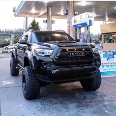 Best classic cars and more! Van Toyota, Toyota Pickup 4x4, Toyota Tacoma Trd Sport, Ford Pickup Trucks, Toyota Trucks, Toyota Cars, Jeep Truck, Toyota 4runner, Toyota Lift