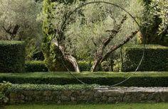 Les créations se retrouvent également dans le jardin du mas provençal, avec une sculpture circulaire en bronze.