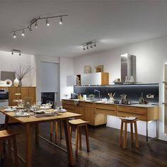 una cocina amplia iluminada con dos regletas con luz led de diseo moderno una